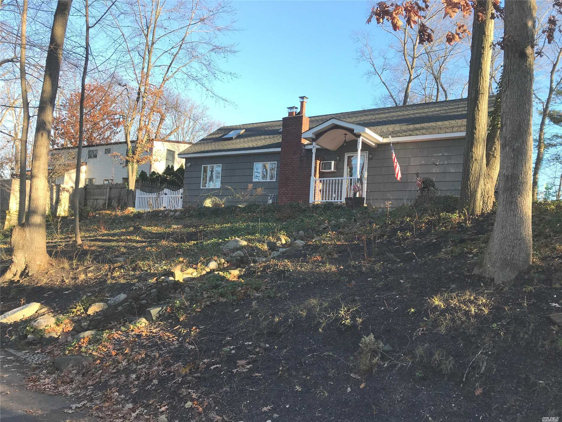Photo of home for sale at 87 Glenna Little Trl, Huntington NY