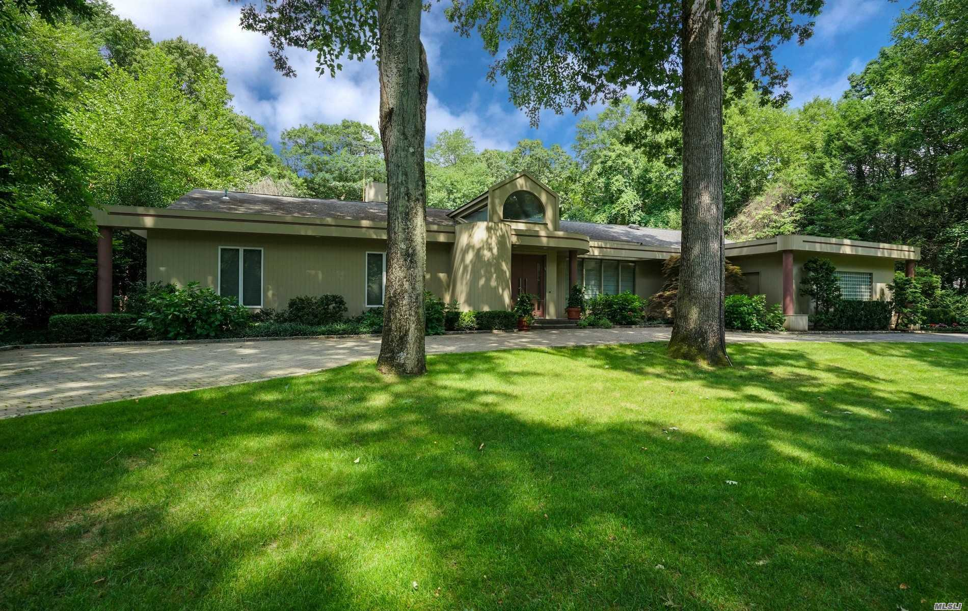 Photo of home for sale at 5 Valerie Dr, Upper Brookville NY