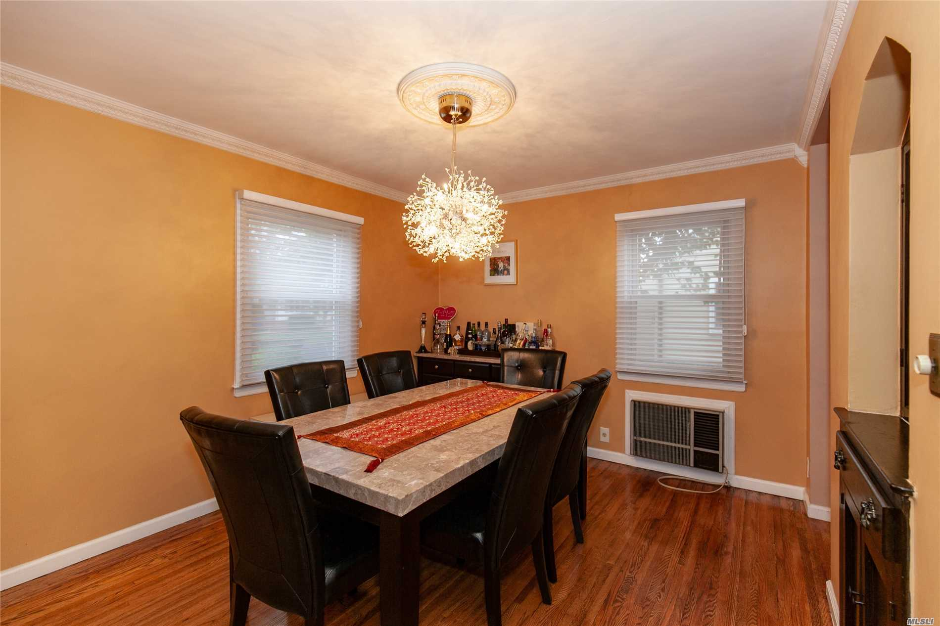 Photo of home for sale at 3 Sullivan Ave, Farmingdale NY
