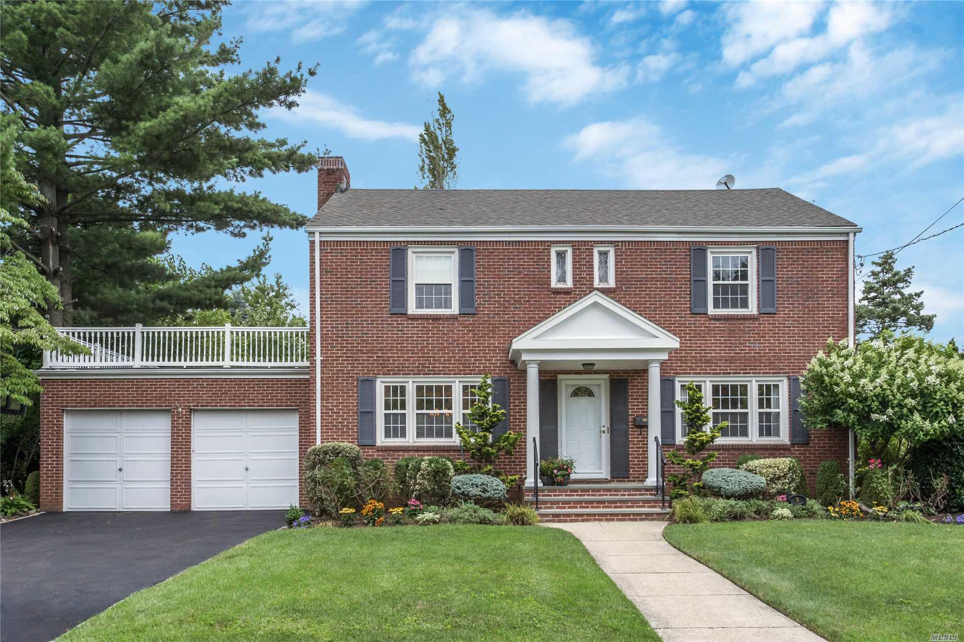 Photo of home for sale at 9 Fairmount Blvd, Garden City NY