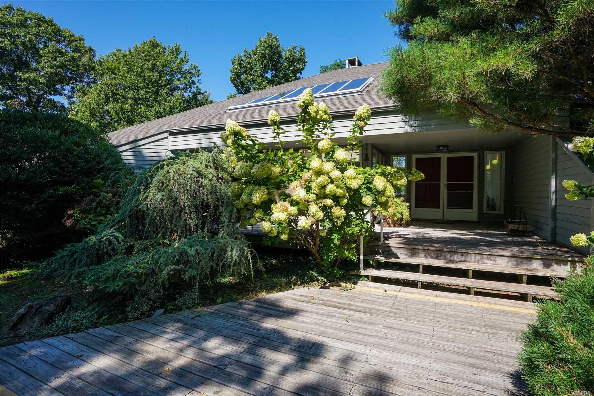 Photo of home for sale at 20 Evans Ln, Setauket NY