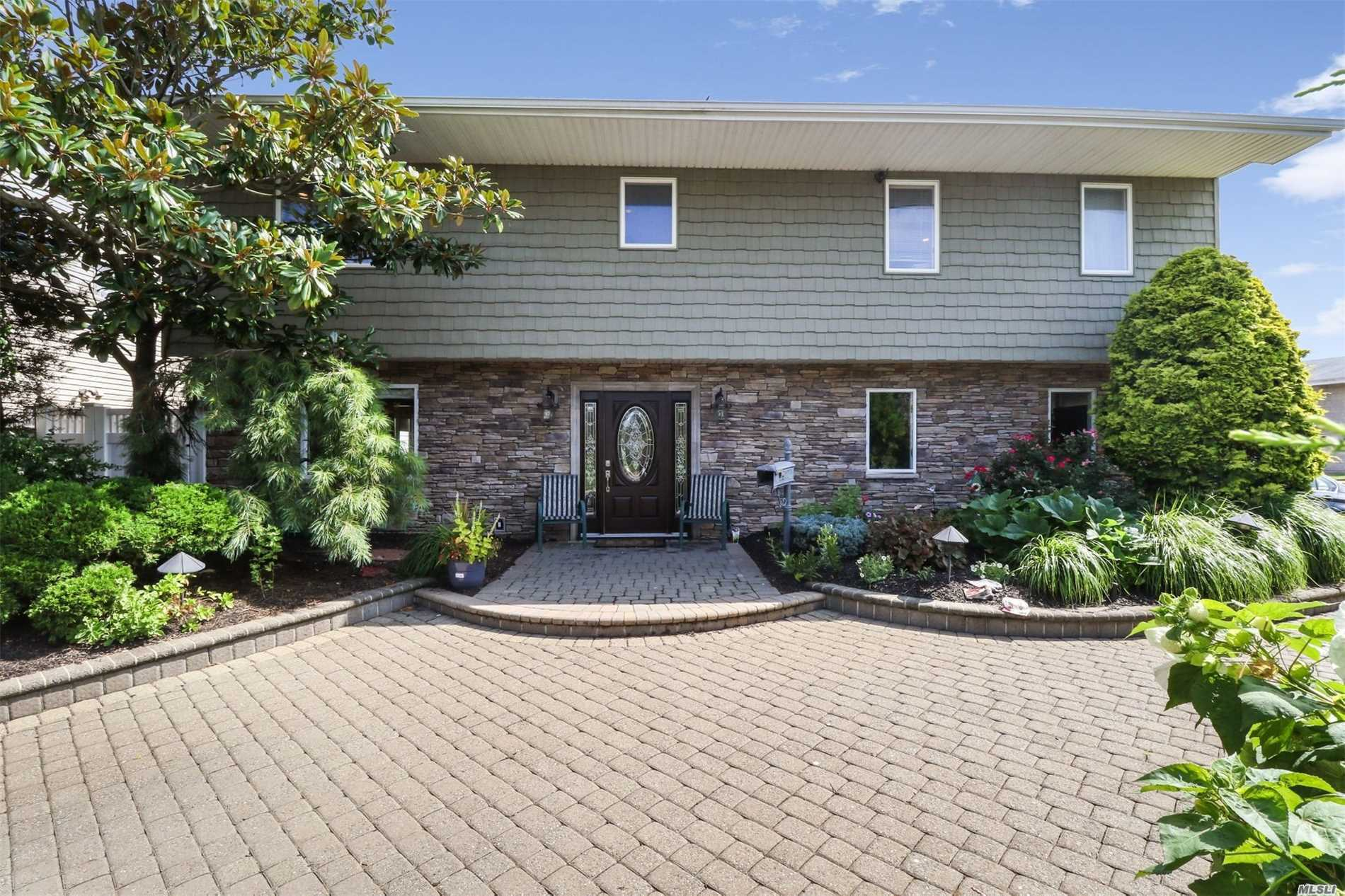 Photo of home for sale at 3211 Lee Pl, Bellmore NY