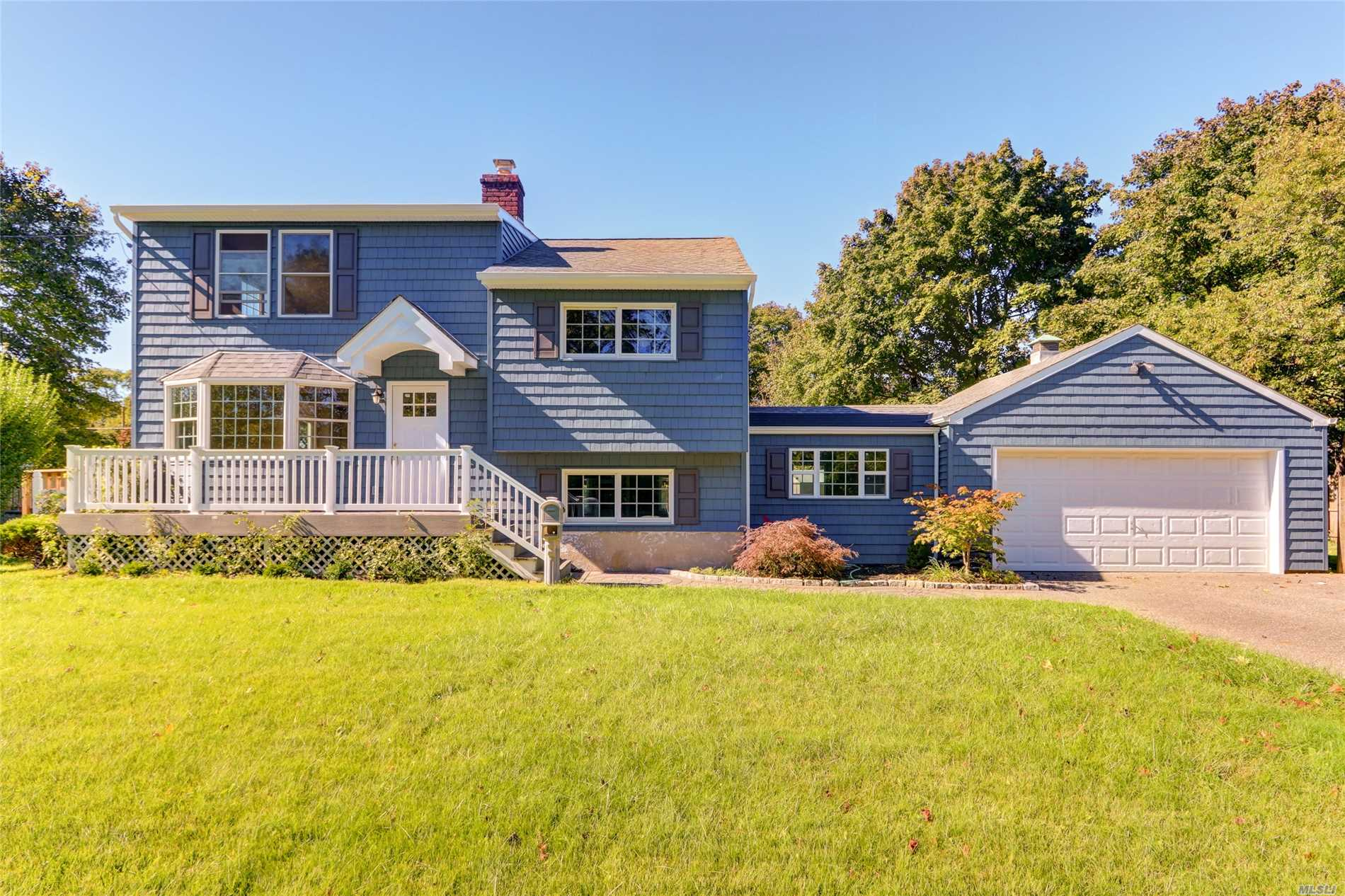 Photo of home for sale at 534 Pat Dr, West Islip NY