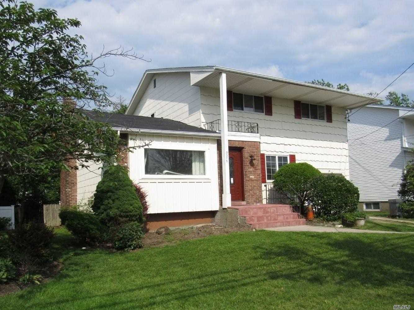 Photo of home for sale at 3375 Milburn Ave, Baldwin NY