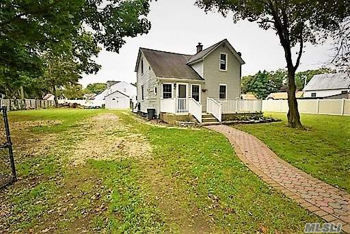 Photo of home for sale at 50 Albany St W, Huntington Sta NY