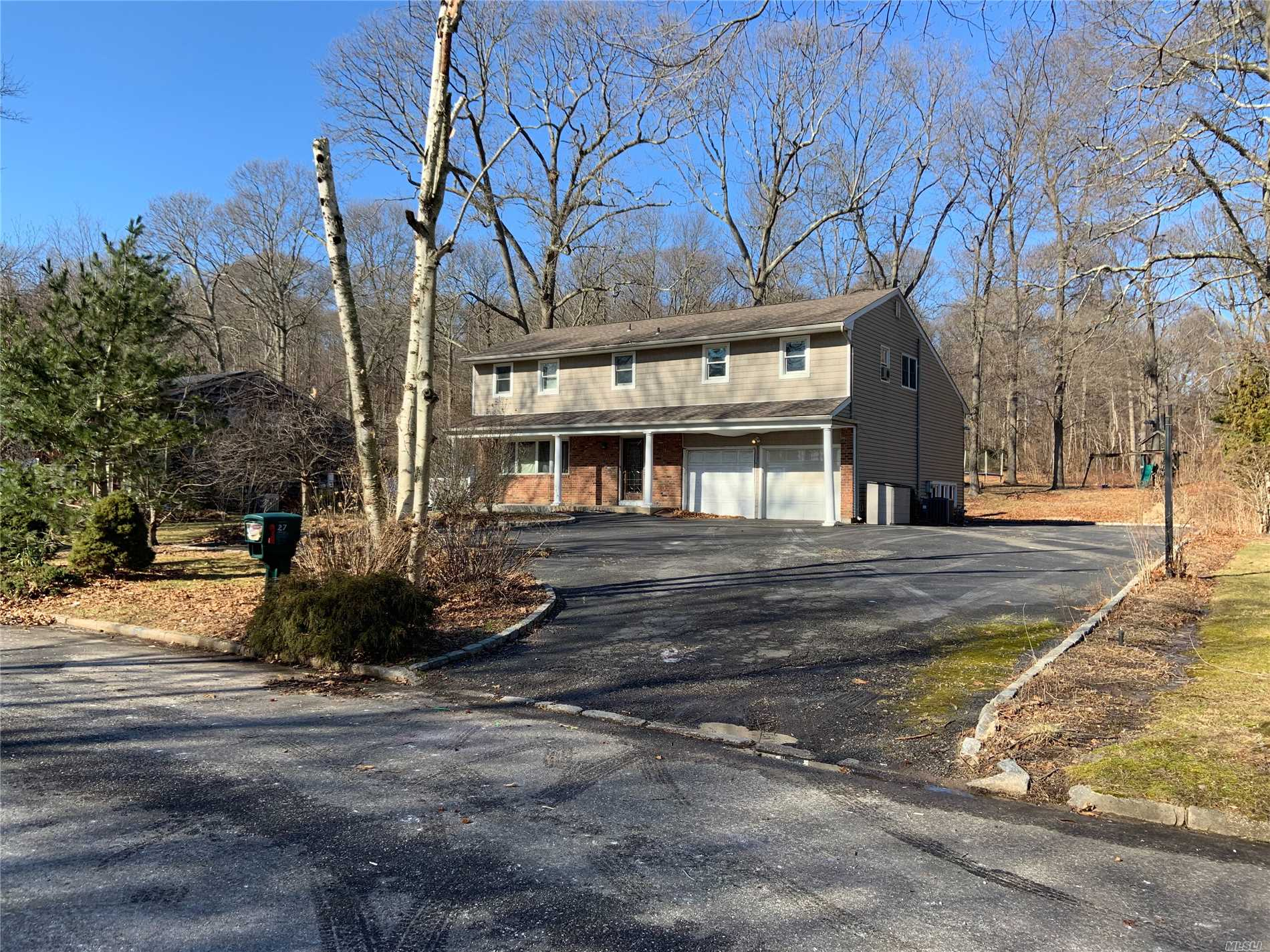 Photo of home for sale at 27 Randolph Dr, Dix Hills NY