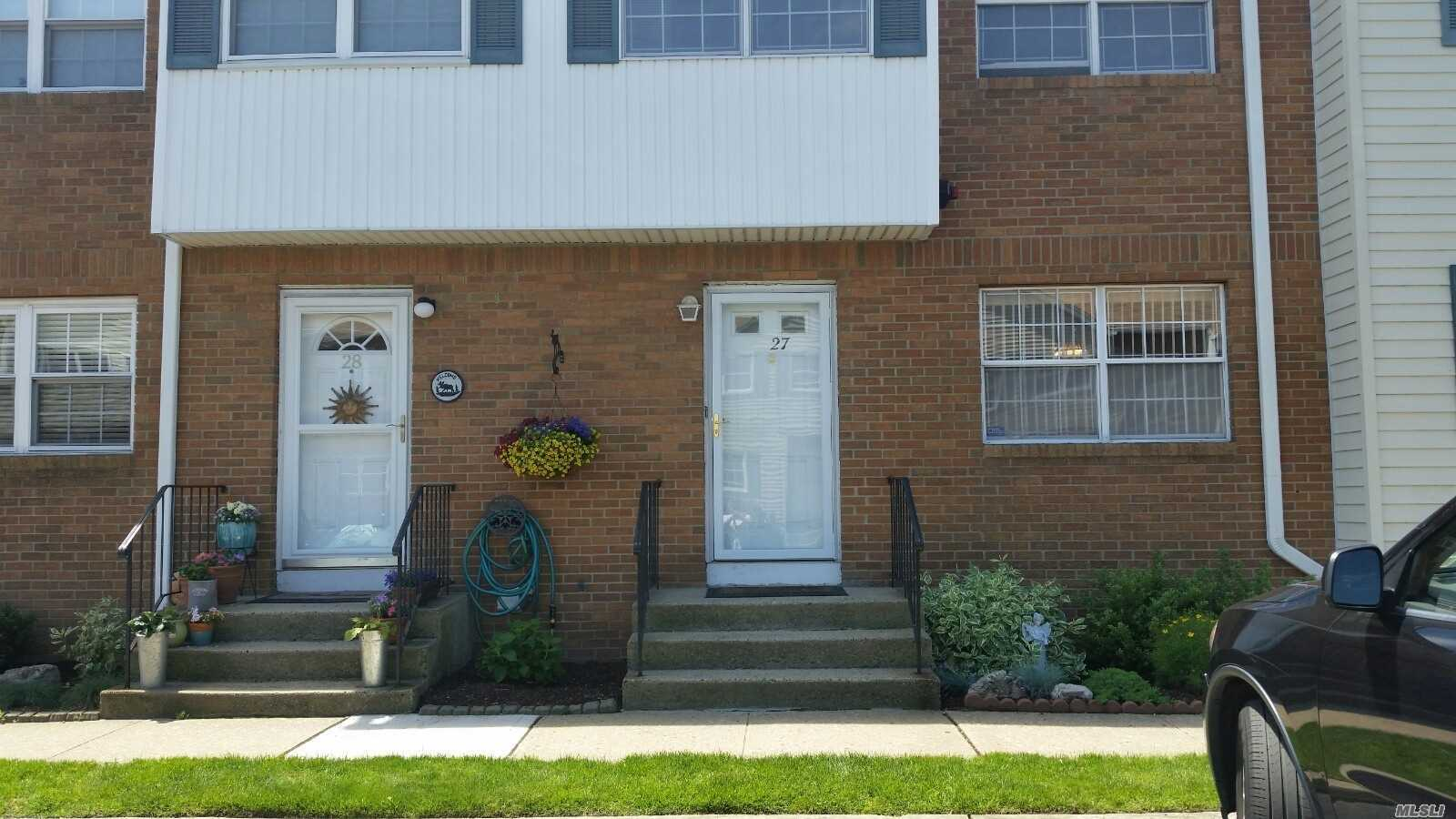 Photo of home for sale at 98 Franklin Ave S, Valley Stream NY