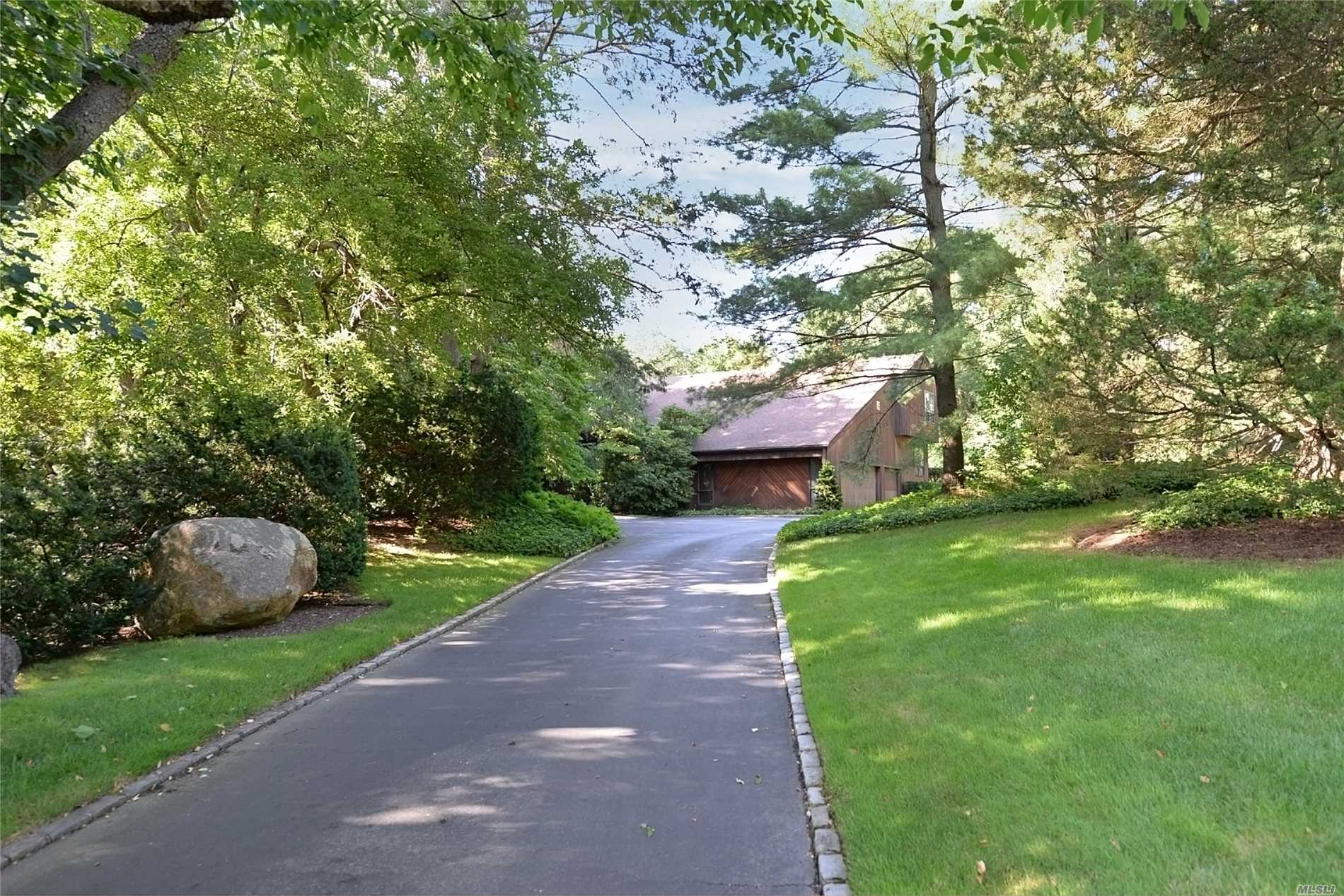 Photo of home for sale at 1 High Ridge Ln, Locust Valley NY