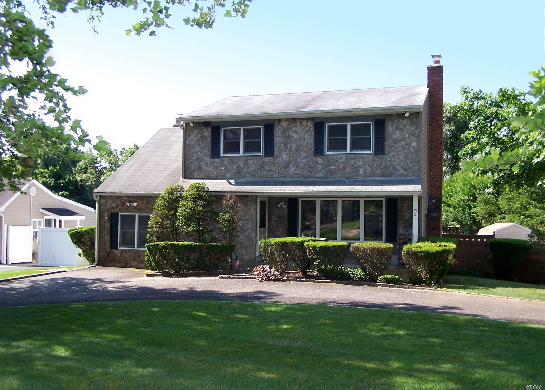 Photo of home for sale at 2 Cindy St, Smithtown NY
