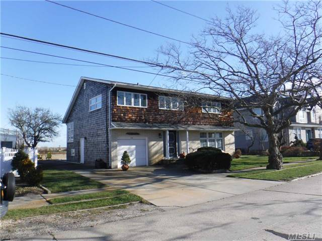 Photo of home for sale at 26 Mineola Ave, Point Lookout NY