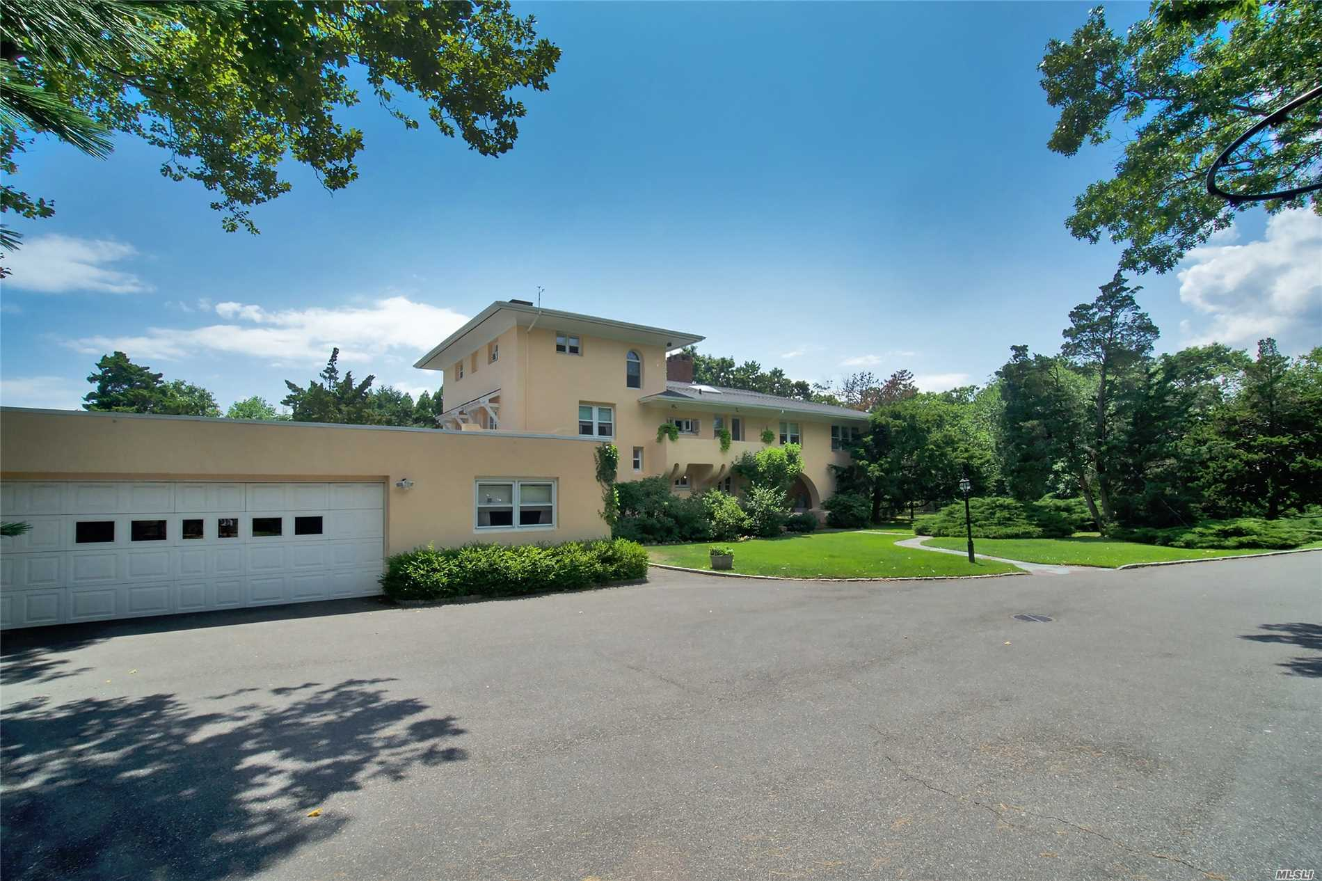 Photo of home for sale at 117 Bayberry Rd W, Islip NY