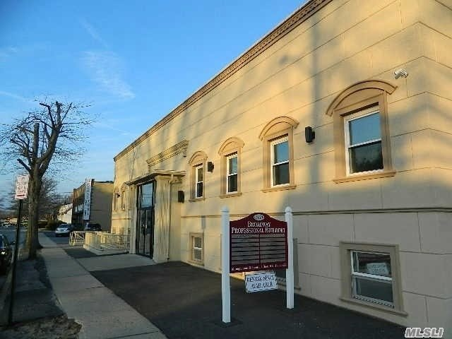 Photo of home for sale at 1130 Broadway N, North Massapequa NY