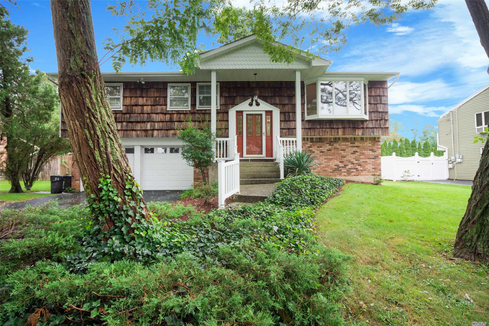 Photo of home for sale at 38 Stonywood Dr, Commack NY
