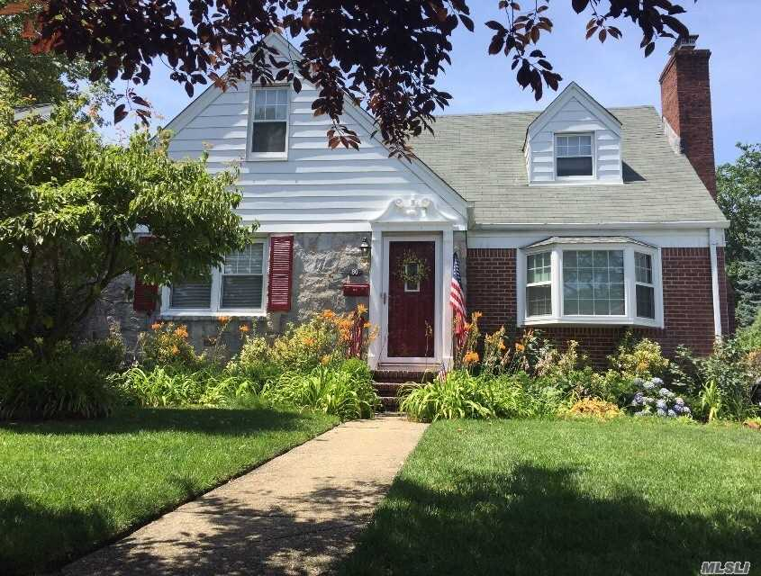 Photo of home for sale at 80 Gates Ave, Malverne NY