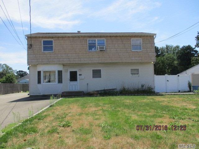 Photo of home for sale at 78 Lakeland St E, Bay Shore NY