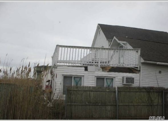 Photo of home for sale at 914 Arctic St, Lindenhurst NY