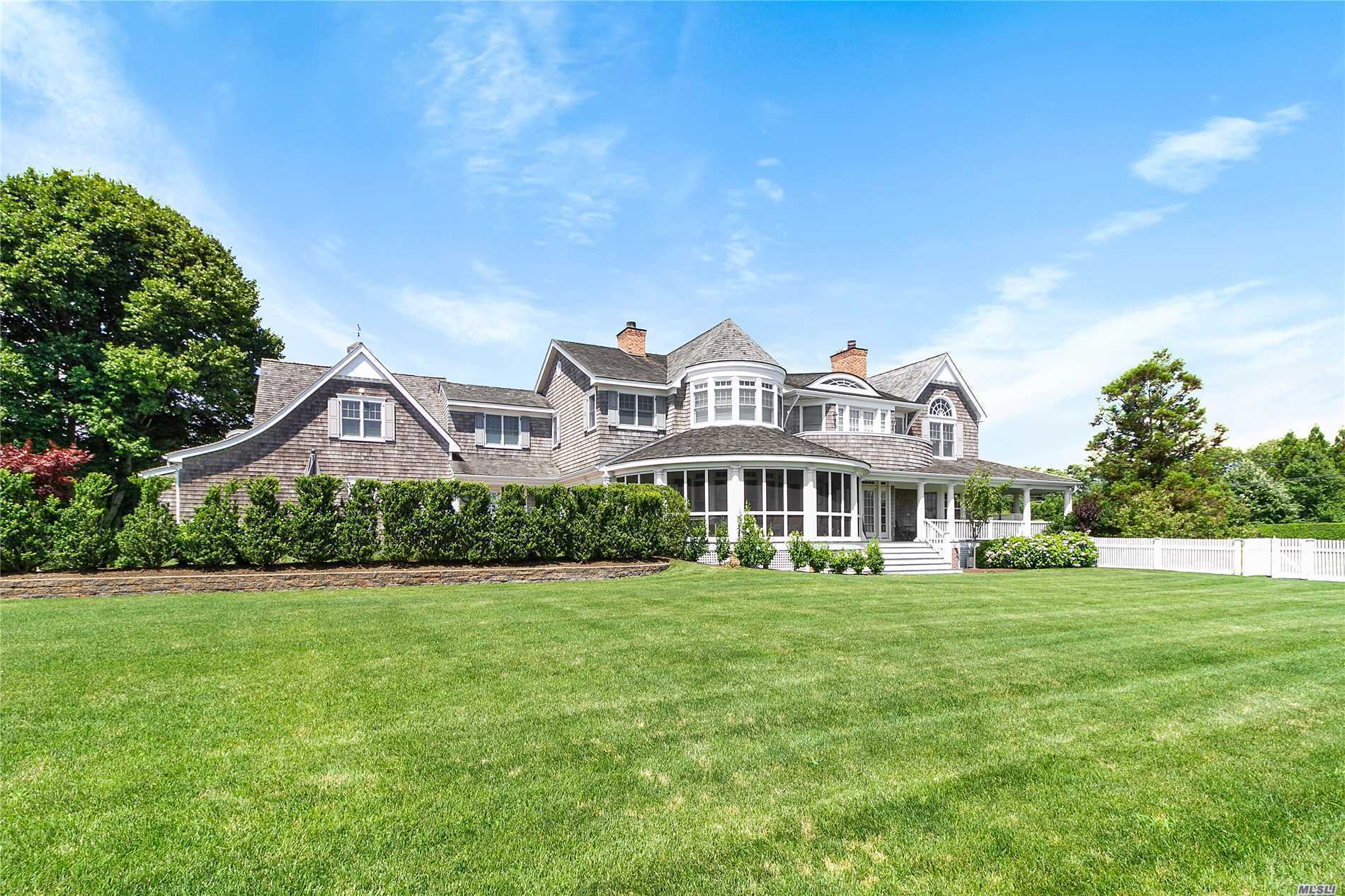 Photo of home for sale at 9 Leaward Ln, Quogue NY