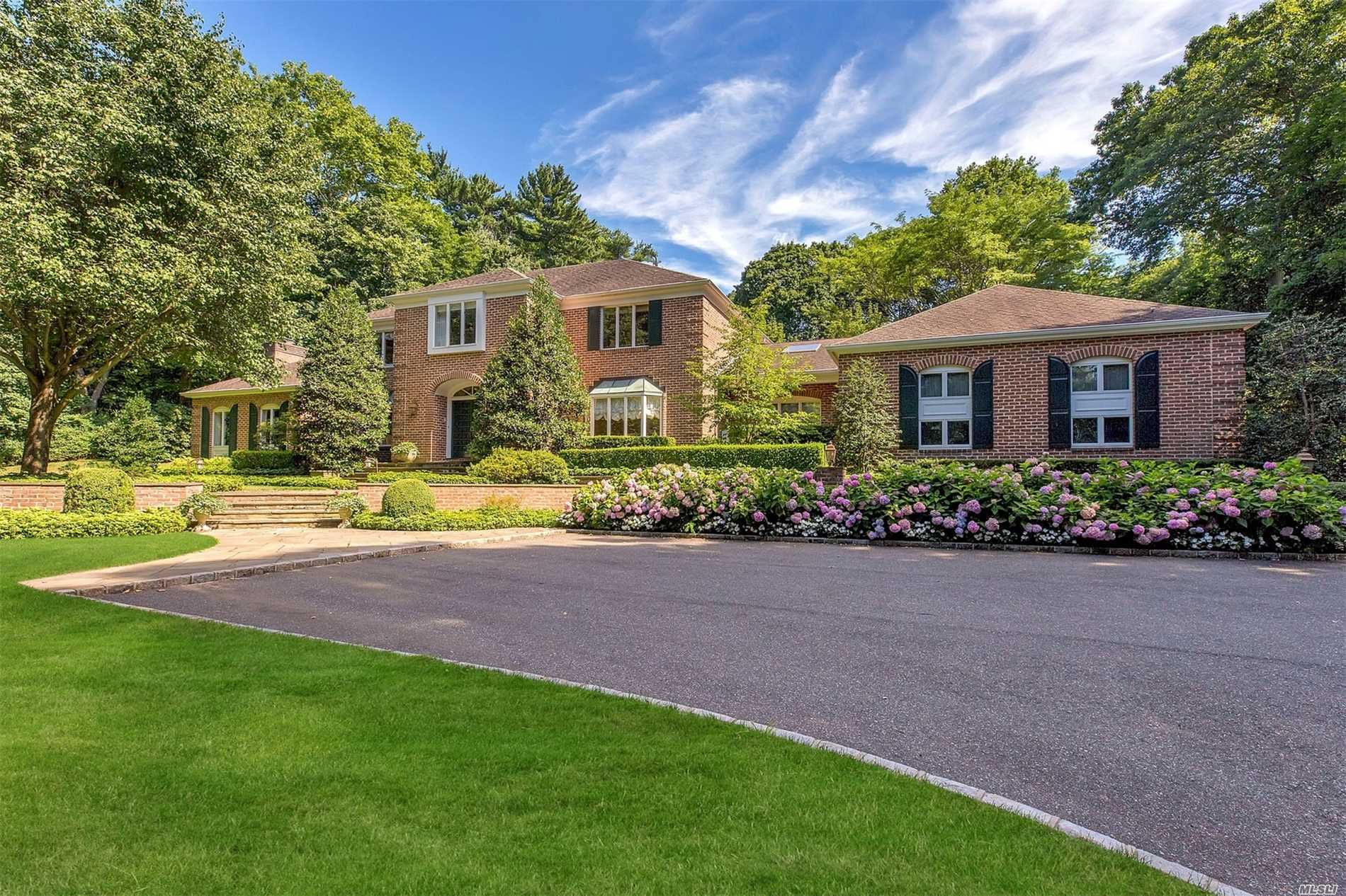 Photo of home for sale at 1885 Muttontown Rd, Muttontown NY