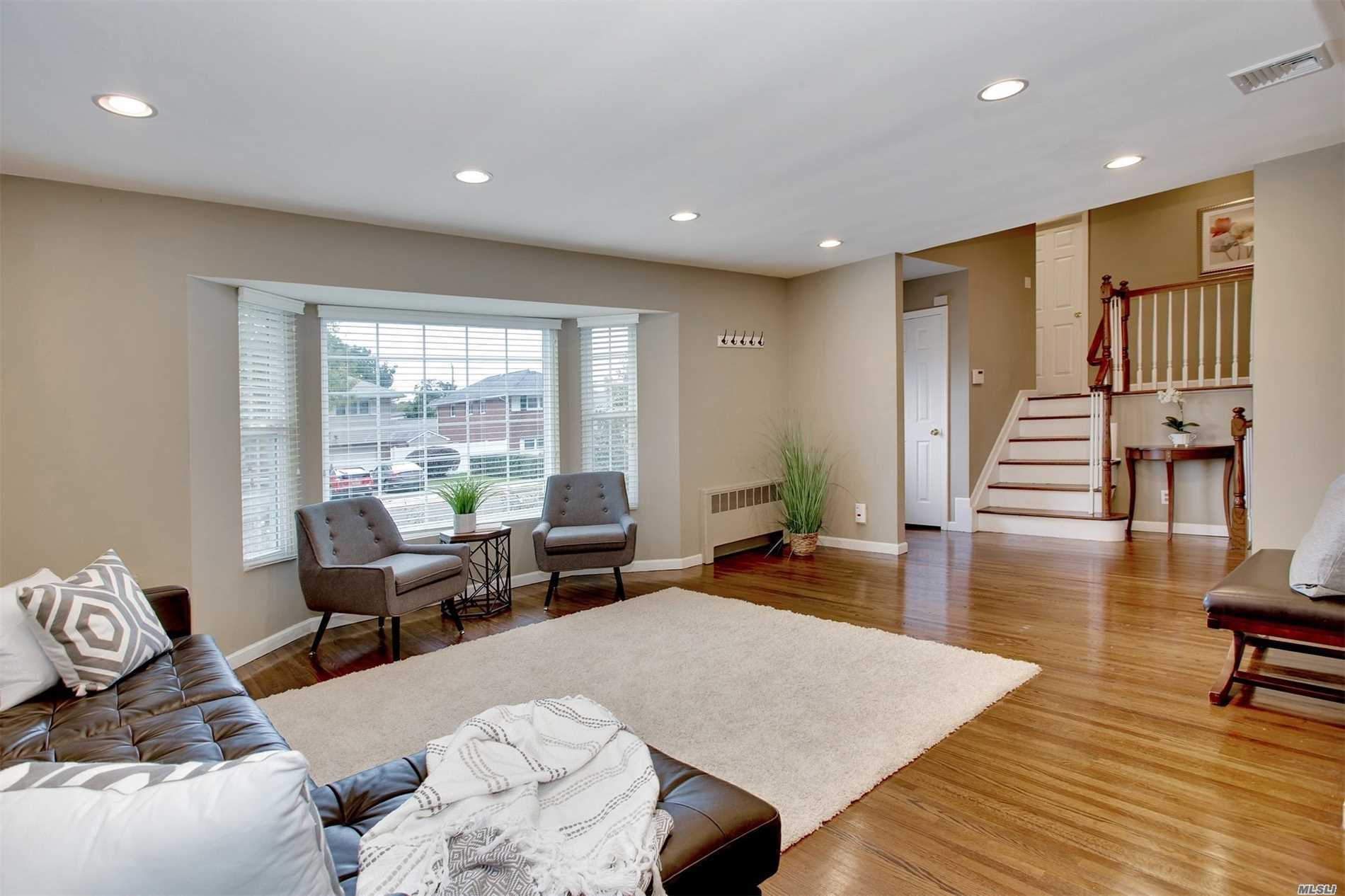 Photo of home for sale at 23 Market Dr, Syosset NY