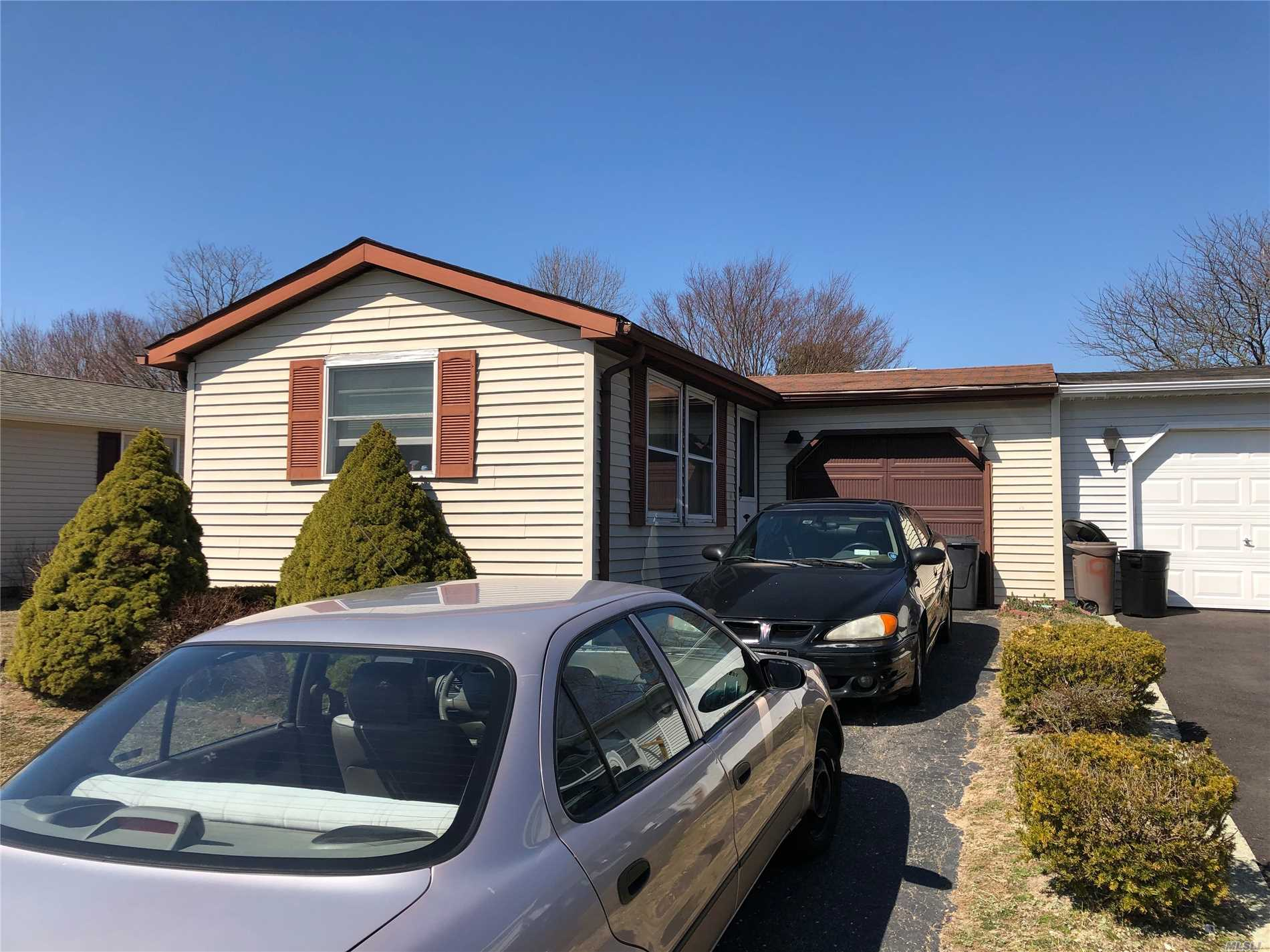 Photo of home for sale at 10 Greenwood Blvd, Manorville NY