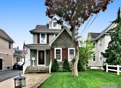 Photo of home for sale at 256 Lakeview Ave, Rockville Centre NY