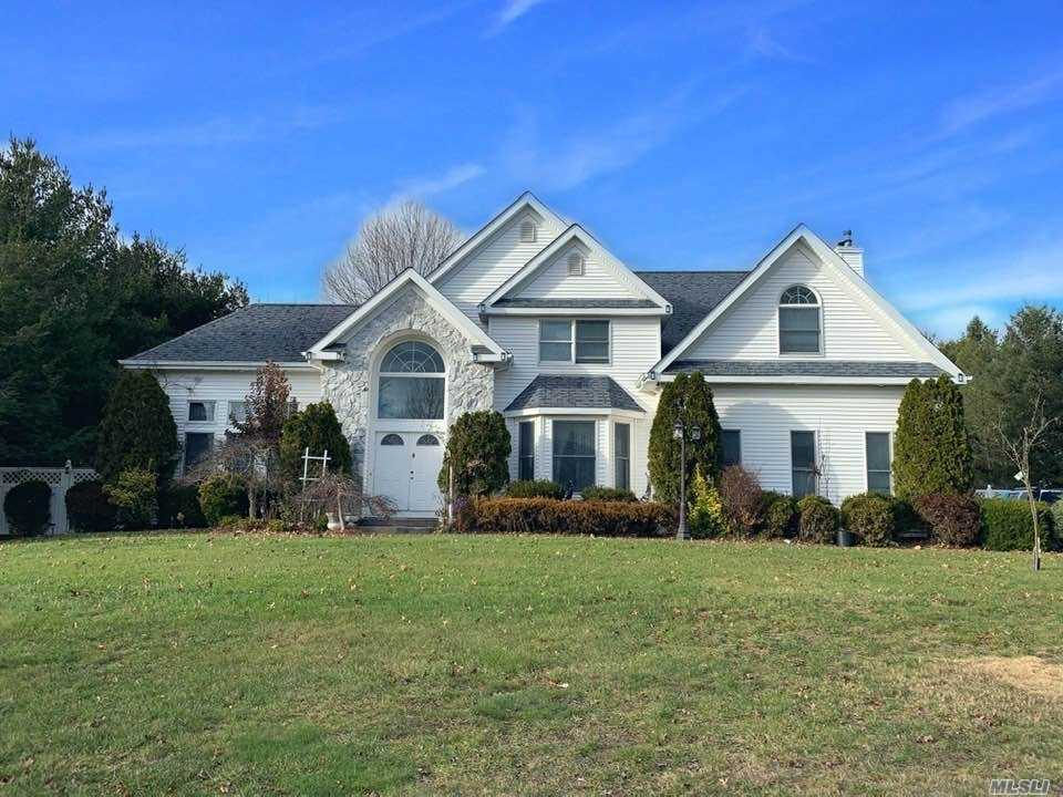 Photo of home for sale at 9 Sugar Maple Ct, Dix Hills NY