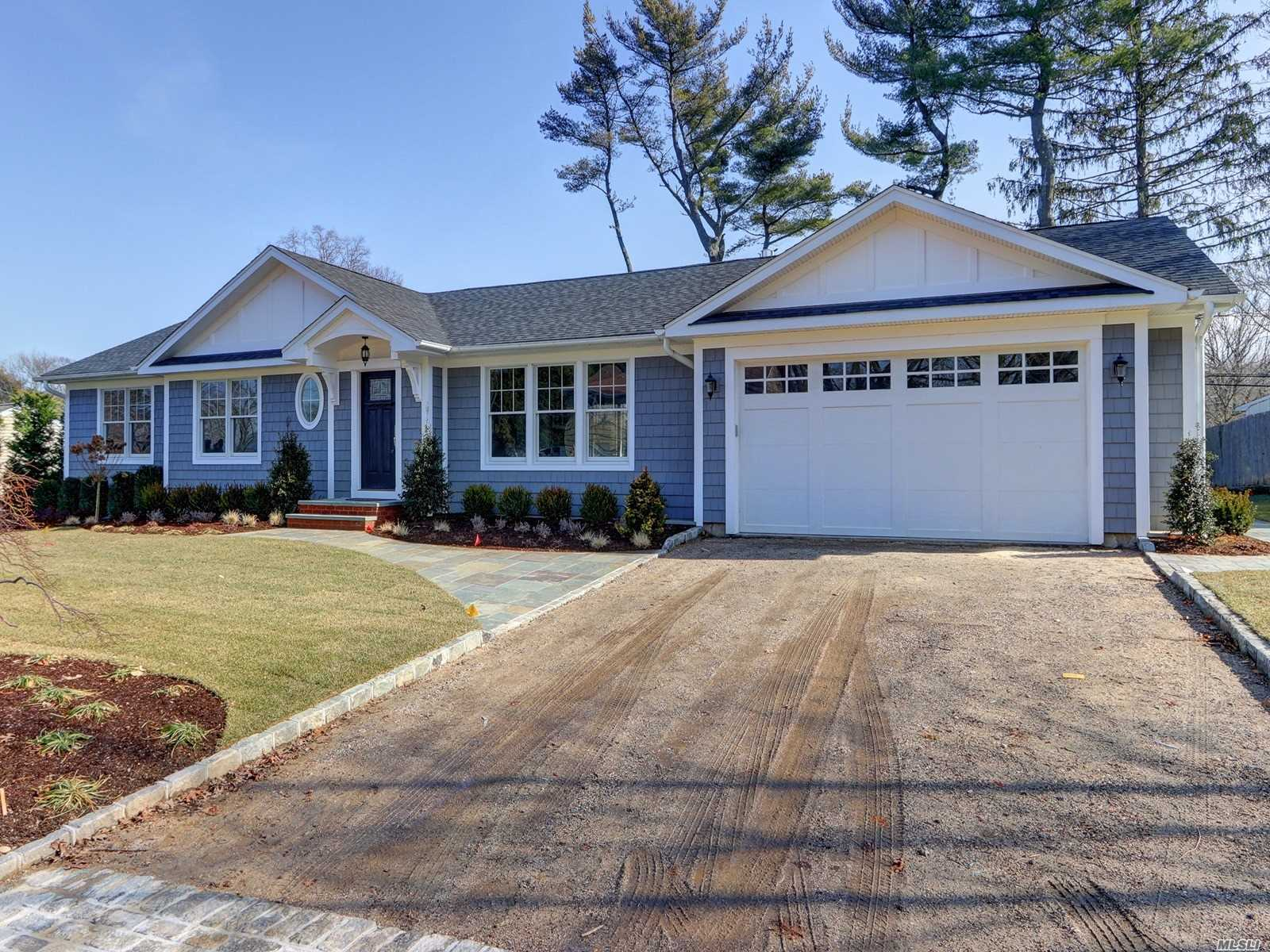 Photo of home for sale at 5 Saylor Pl, Huntington NY