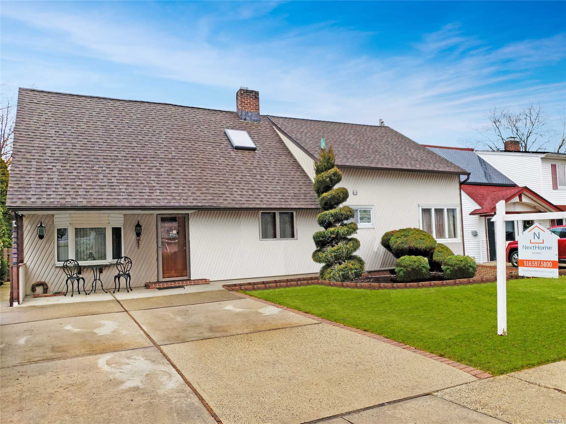 Photo of home for sale at 15 Sunset Ln, Levittown NY