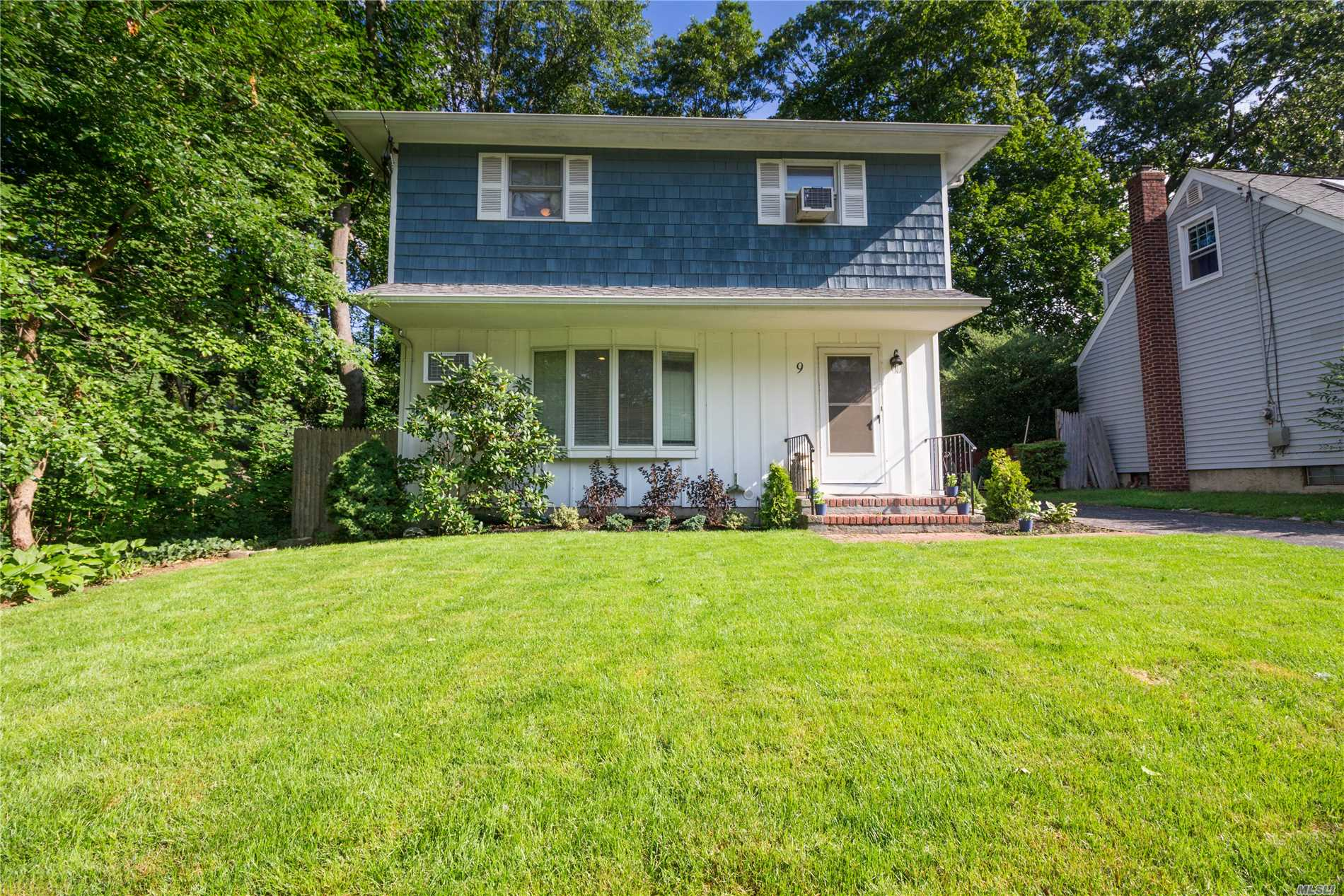 Photo of home for sale at 9 Leeds St, South Huntington NY