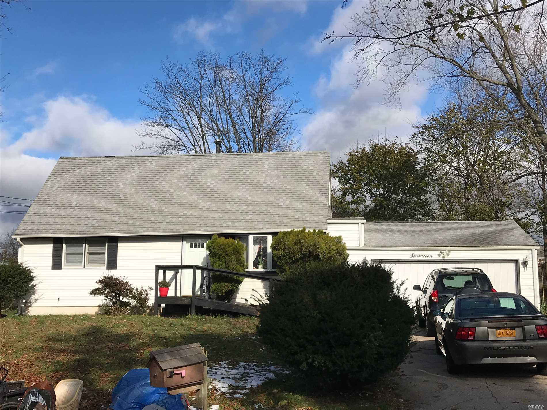 Photo of home for sale at 17 Laurie Blvd, Centereach NY