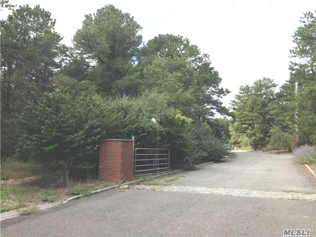 Photo of home for sale at 334 Weeks Ave, Manorville NY
