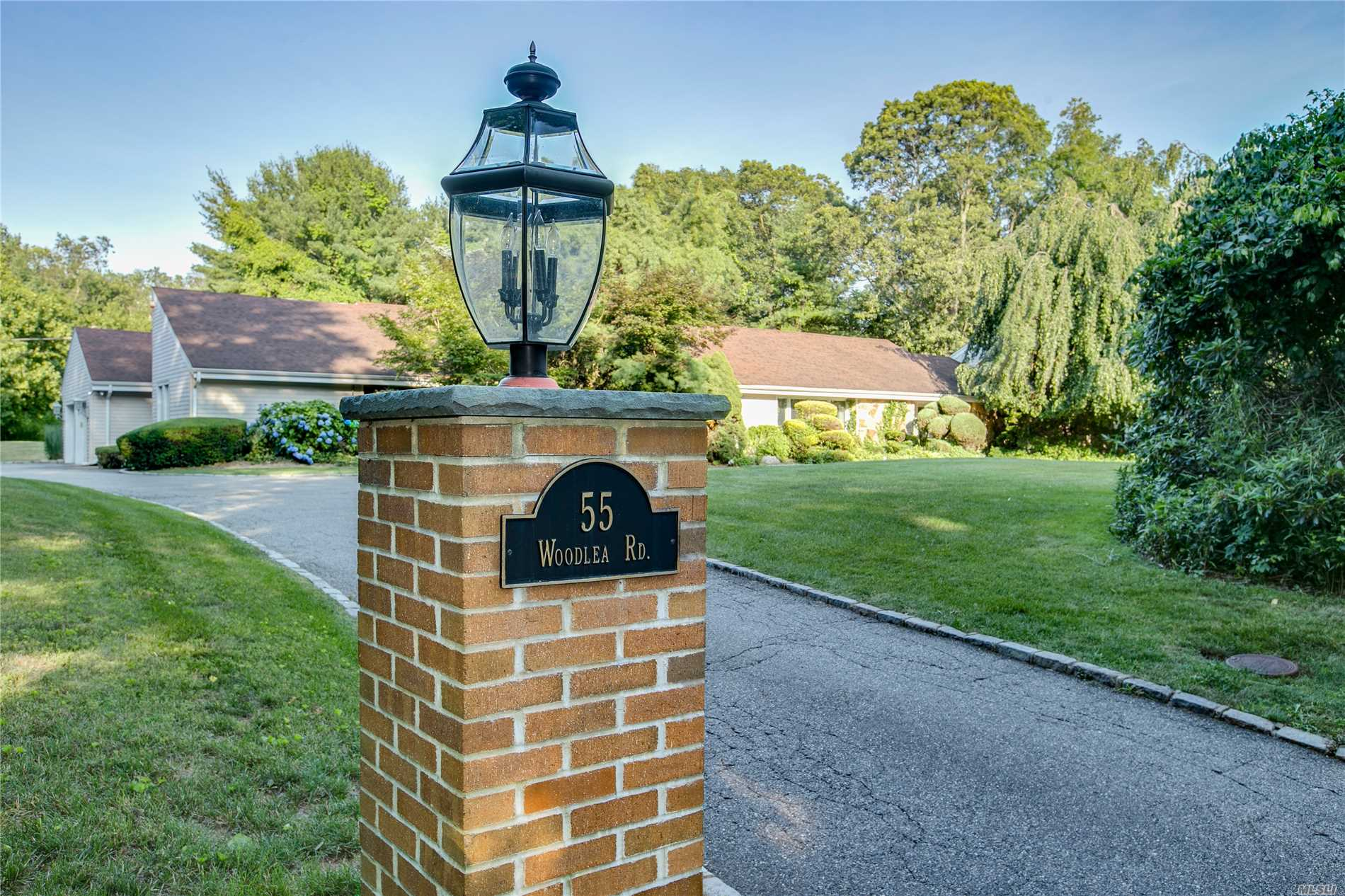 Photo of home for sale at 55 Woodlea Rd, Muttontown NY