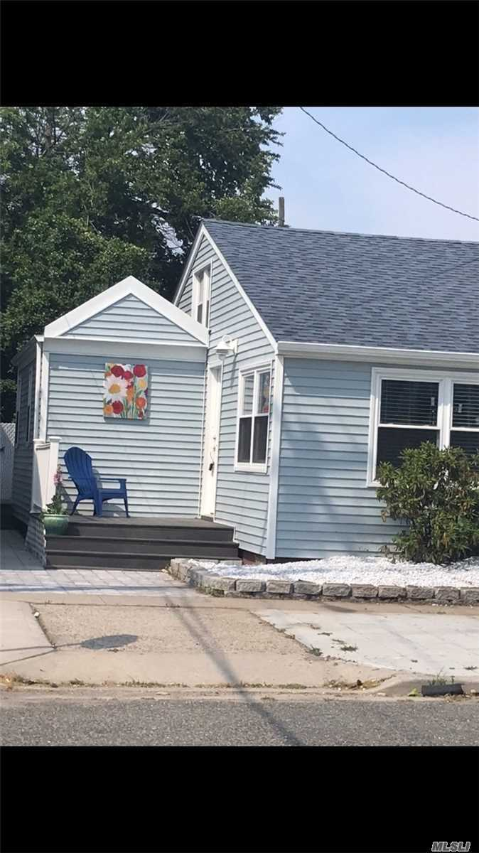 Photo of home for sale at 40 North Blvd, East Rockaway NY