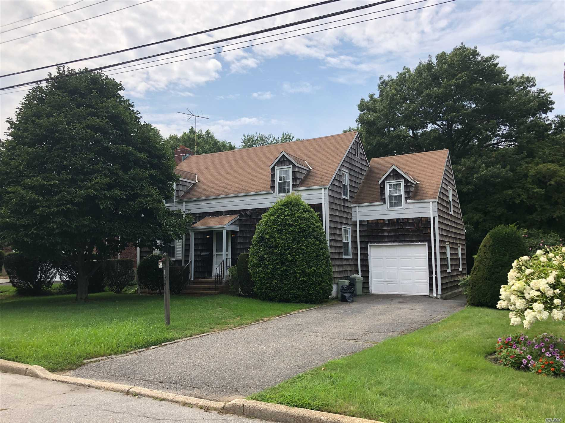 Photo of home for sale at 1796B Merikoke Ave, Wantagh NY