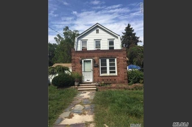 Photo of home for sale at 5 Rhodes Ln, West Hempstead NY