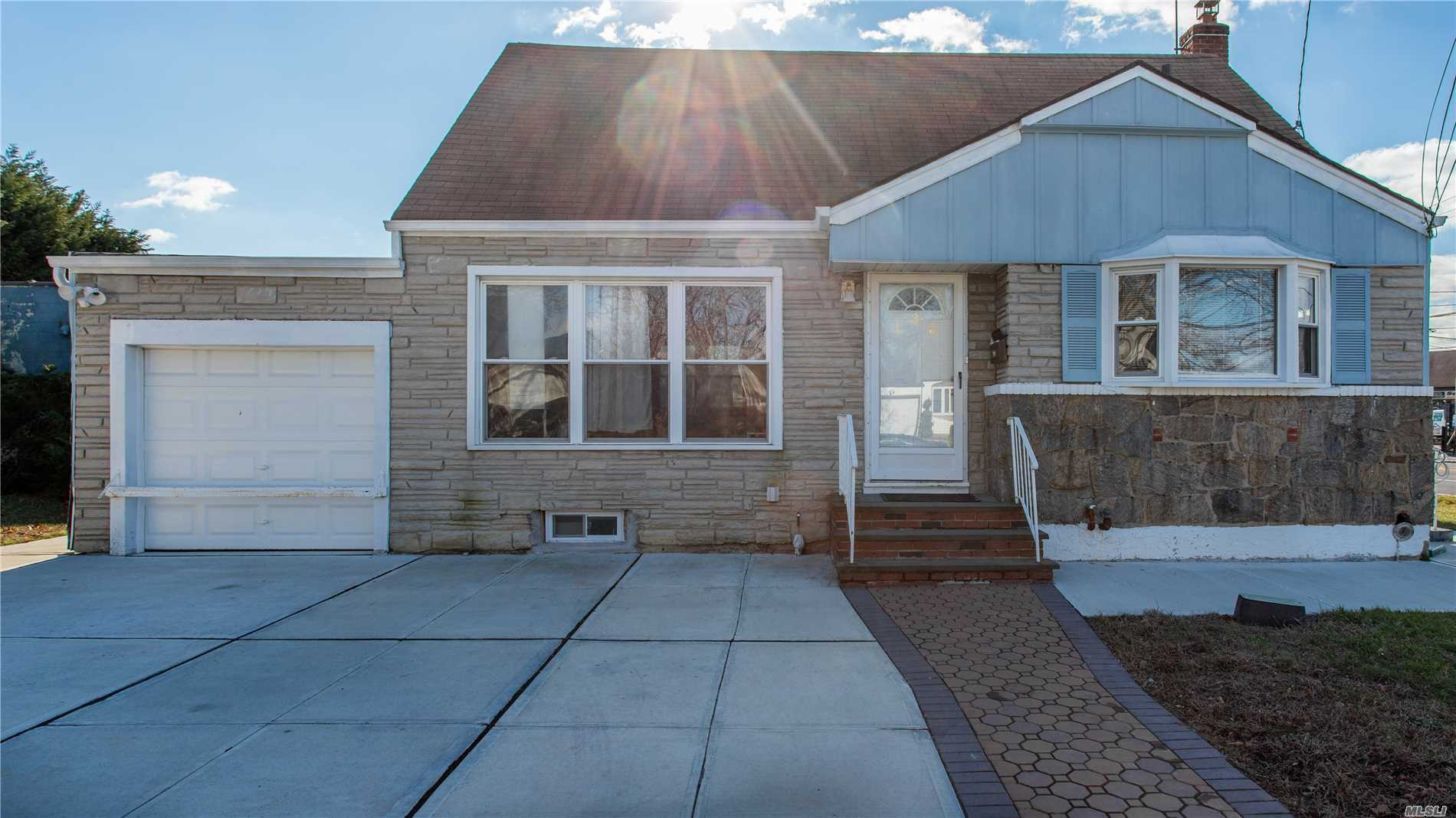 Photo of home for sale at 135 Brenner Ave, Bethpage NY