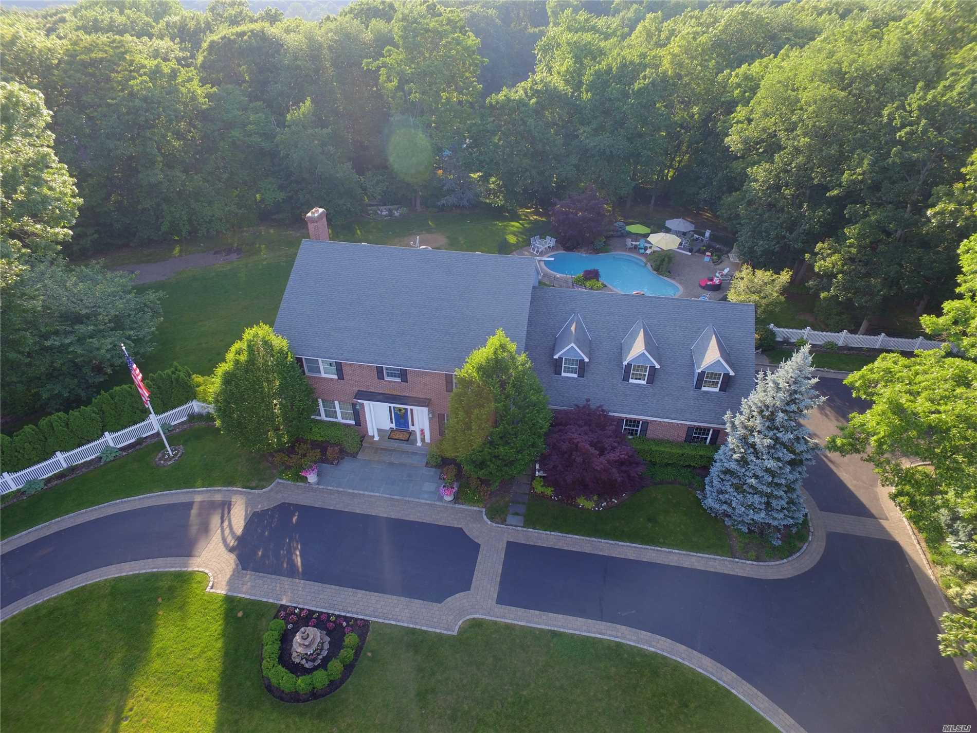 Photo of home for sale at 6 Centre View Dr, Upper Brookville NY