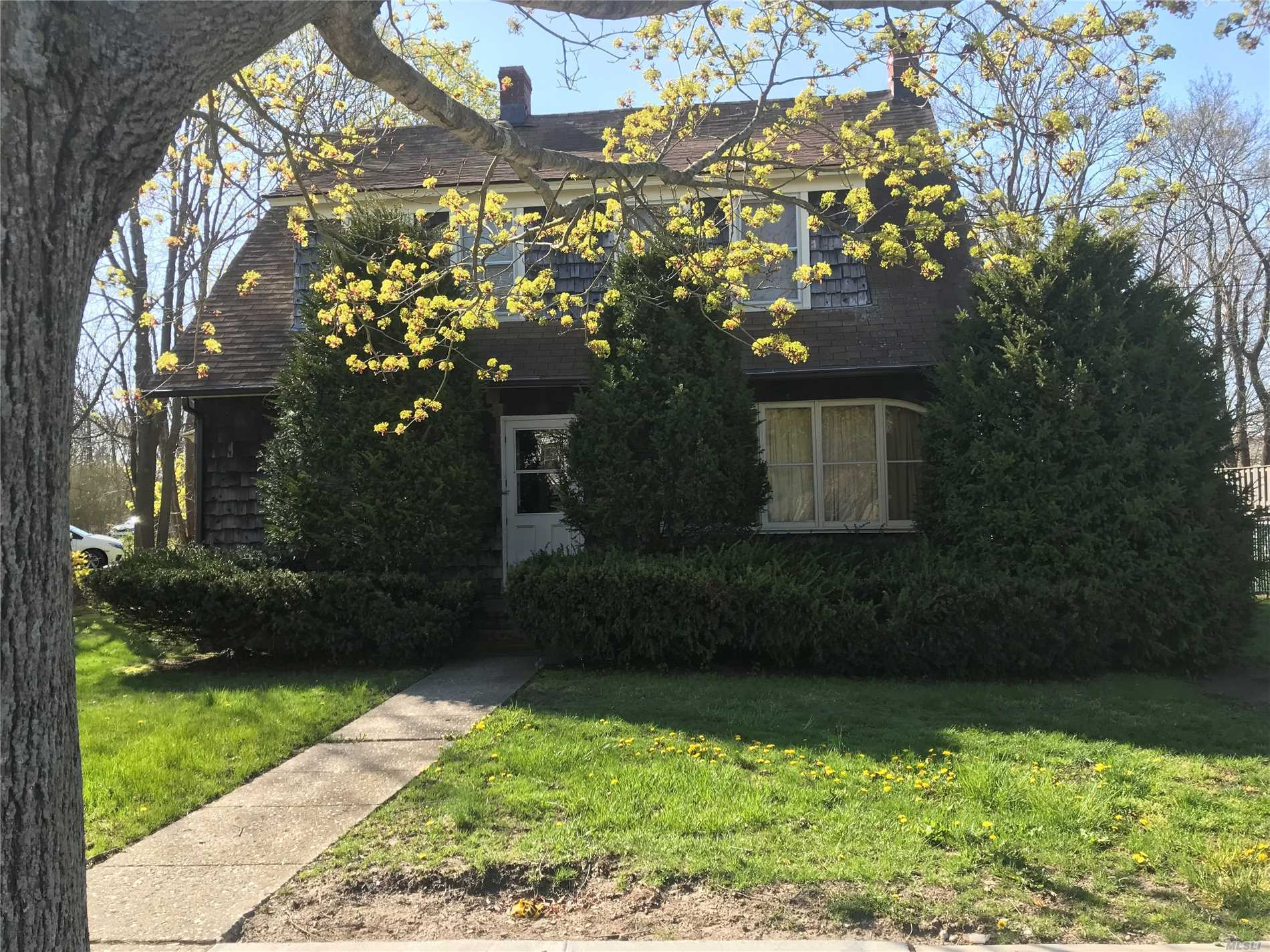 Photo of home for sale at 498 Main St E, East Moriches NY