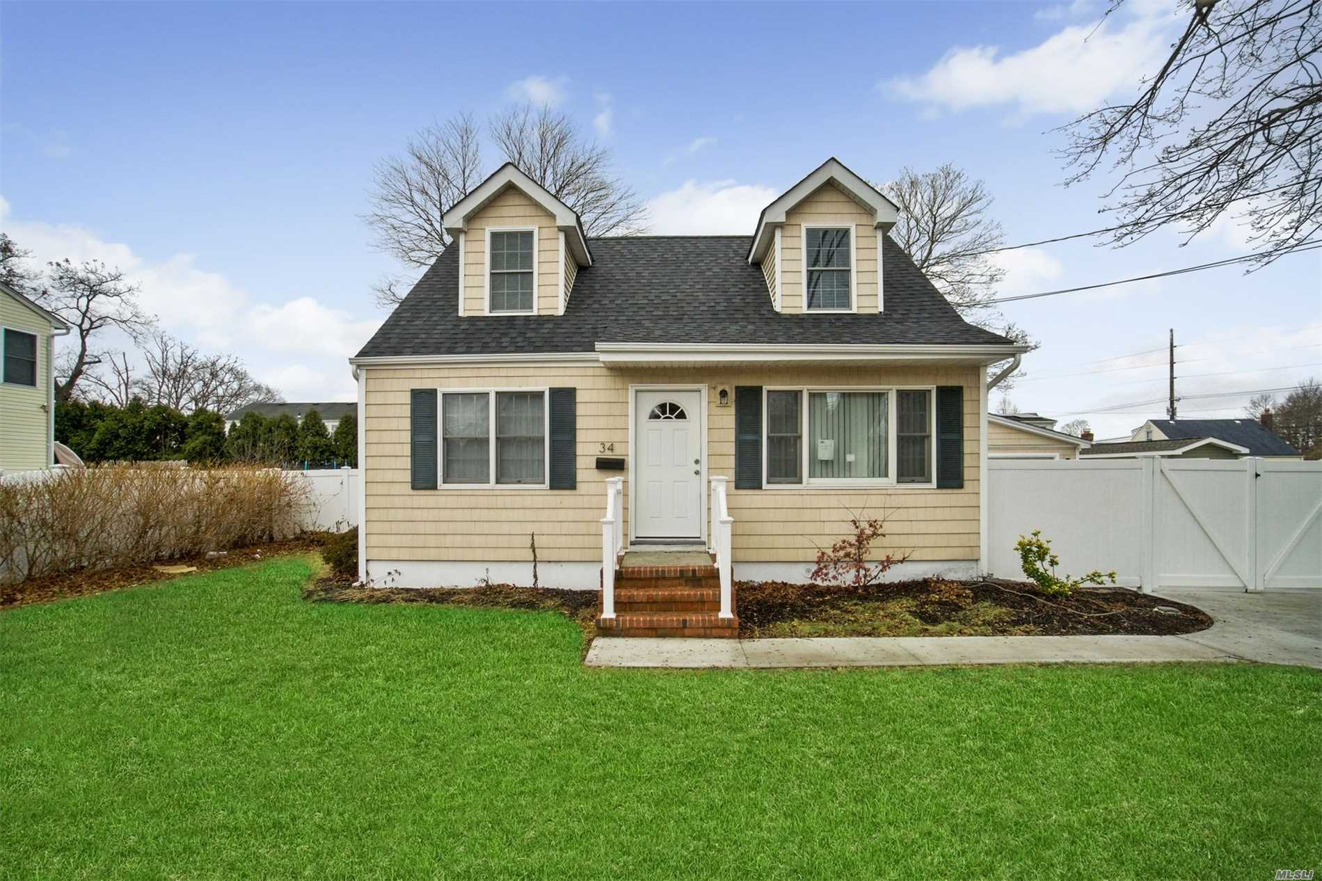 Photo of home for sale at 34 Chelsea Ave, West Babylon NY