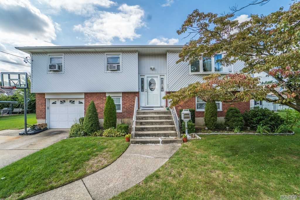 Photo of home for sale at 466 Hilda St, East Meadow NY