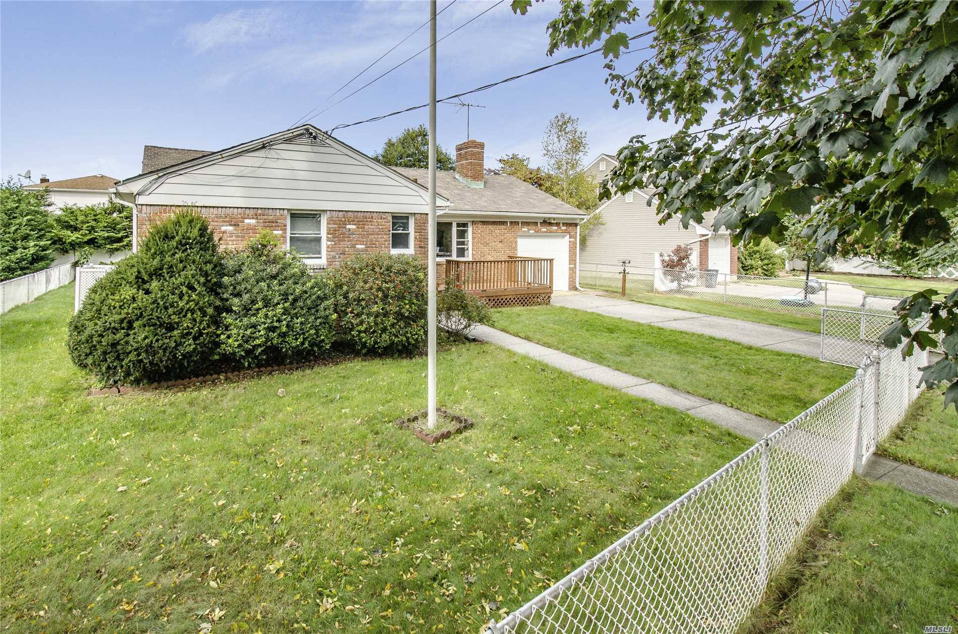 Photo of home for sale at 6 Rice St, Plainview NY