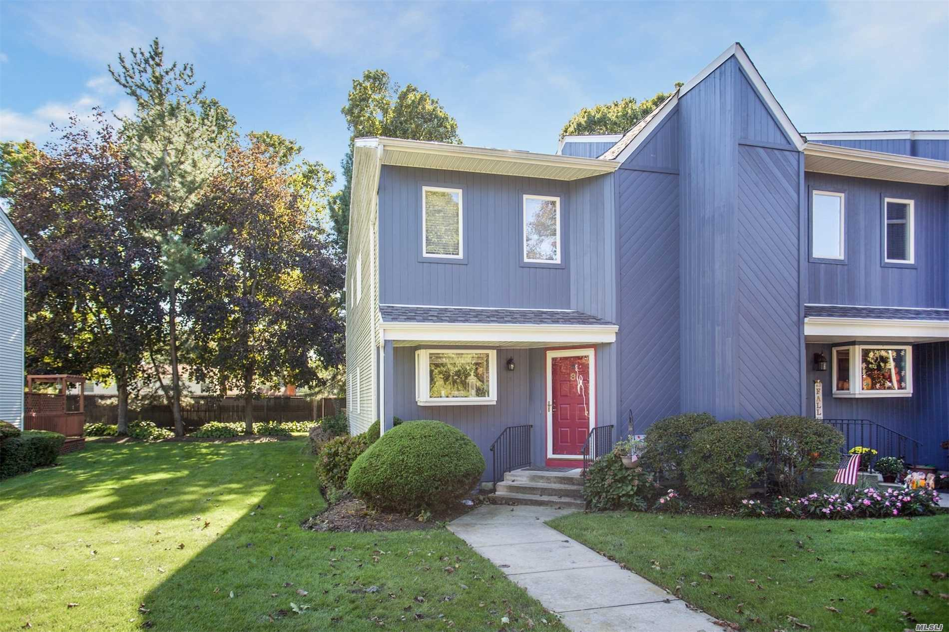 Photo of home for sale at 8 Anthony Dr, West Islip NY