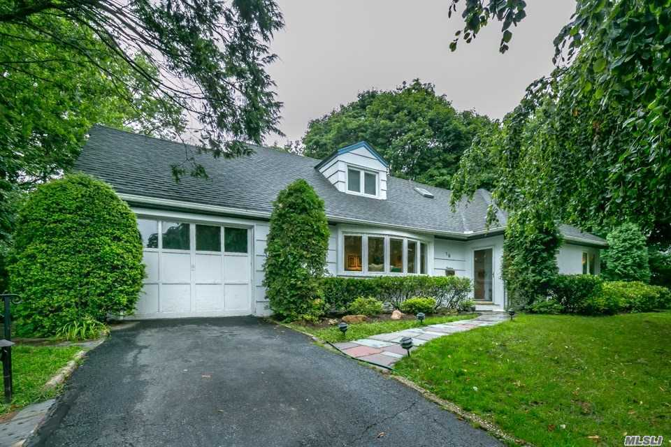 Photo of home for sale at 19 Rivers Dr, Great Neck NY