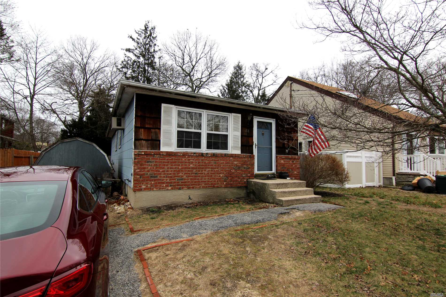 Photo of home for sale at 51 Beech St, Lake Grove NY
