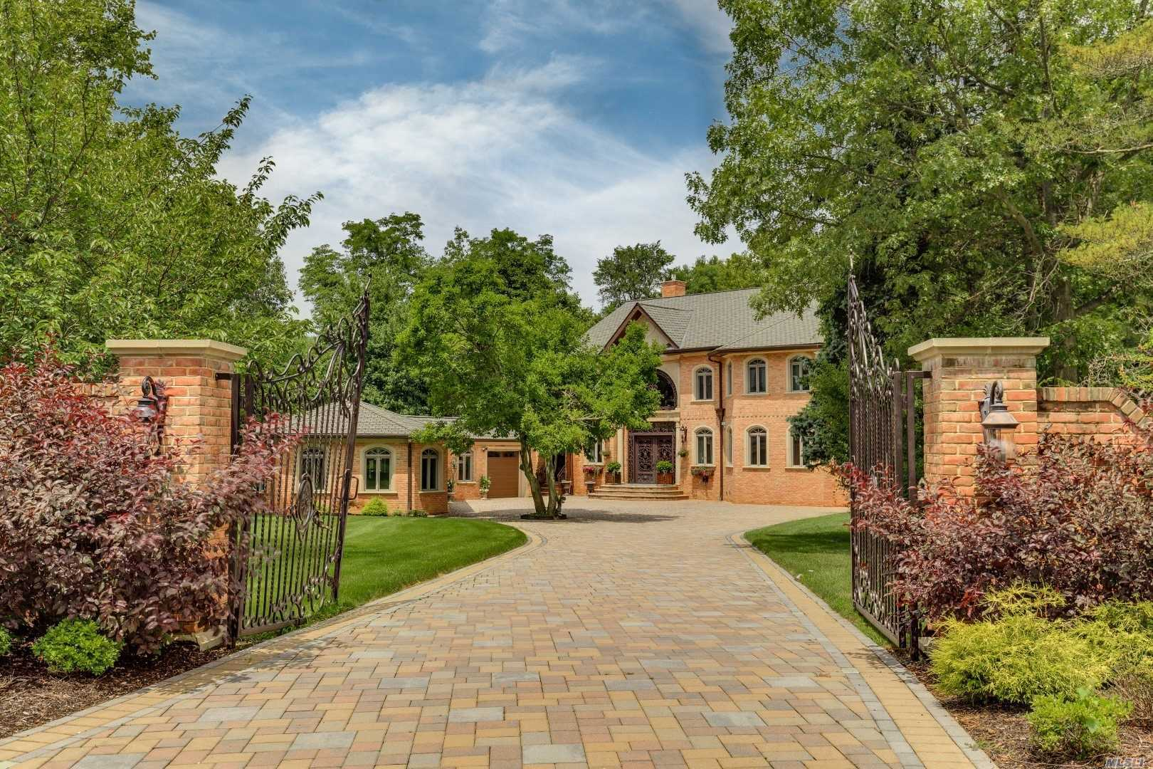 Photo of home for sale at 21 Fairbanks Blvd, Woodbury NY