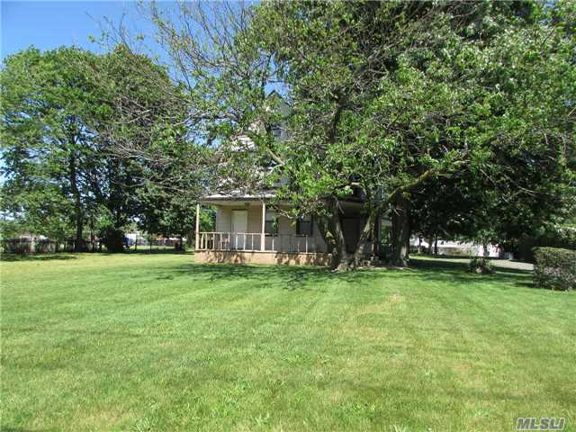 Photo of home for sale at 635 Wantagh Ave, Wantagh NY