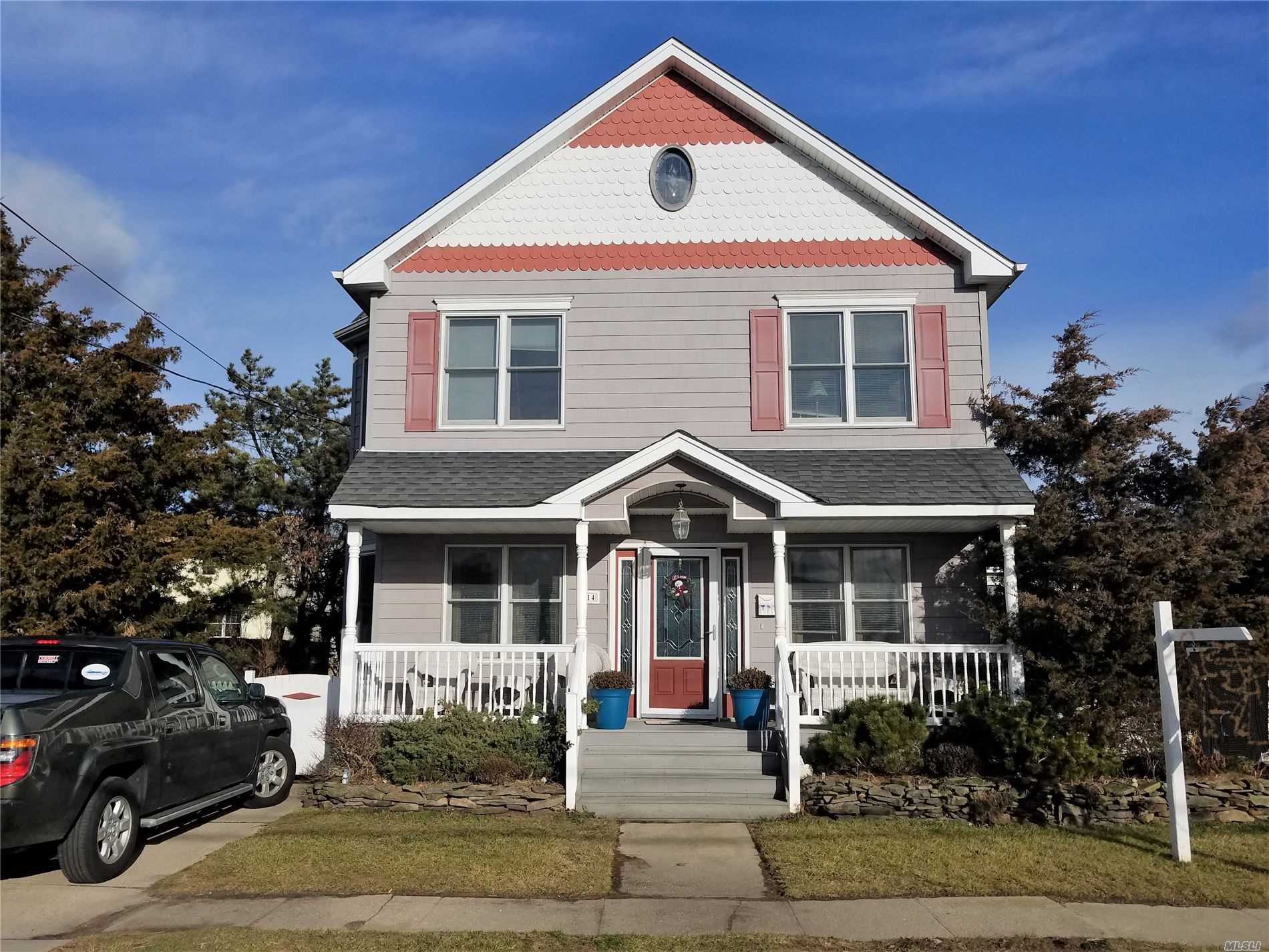 Photo of home for sale at 714 8th St S, Lindenhurst NY