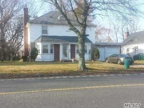 Photo of home for sale at 122 Rockaway Pkwy, Valley Stream NY