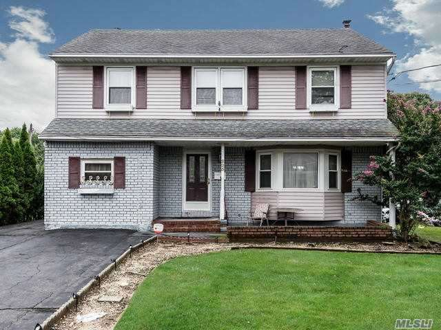 Photo of home for sale at 225 Carle Rd, Westbury NY