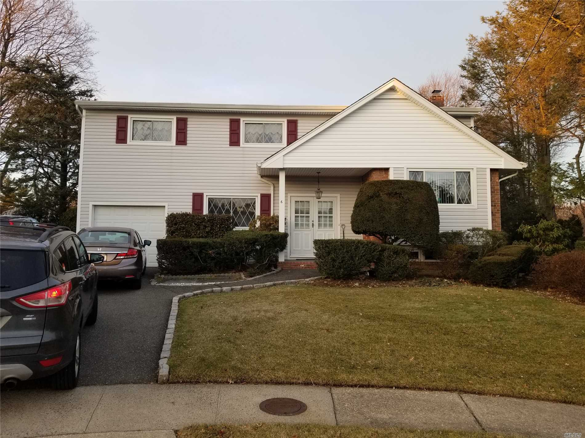 Photo of home for sale at 6 Richfield Ct, Plainview NY